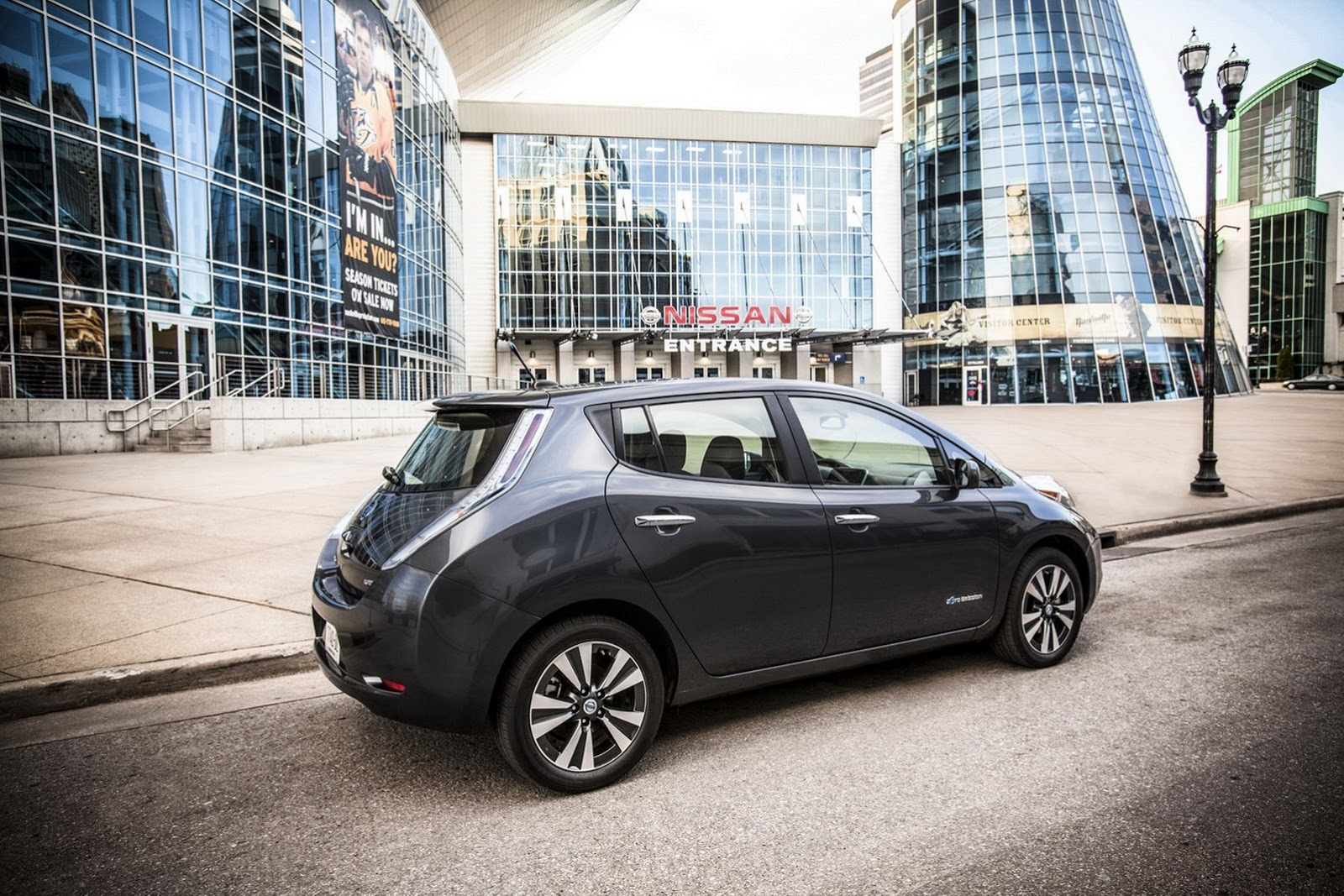 Nissan sold 25,000 Leaf units in the US, they celebrate